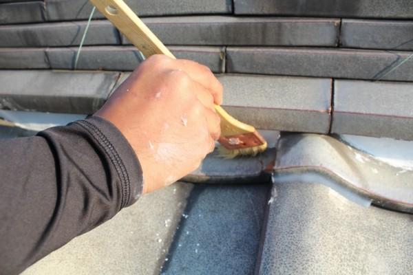 漆喰の表面を整える