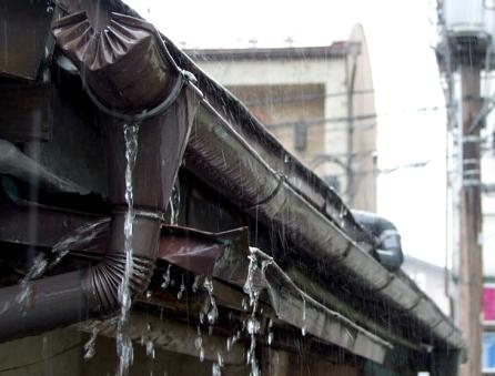多数の雨水漏れがある雨樋