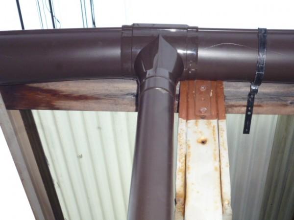 集水器に縦樋を設置する