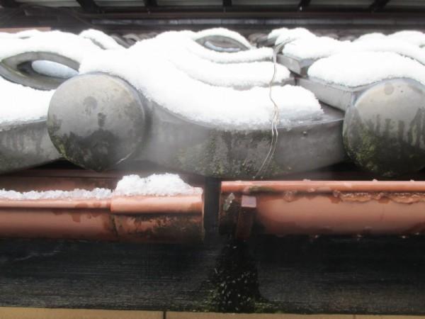 雪で継手が割れた雨樋
