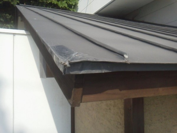トタン屋根のヘコミ