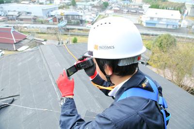 屋根に登って目視する