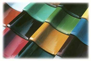 ガラス質でカラフルな色合いが特徴