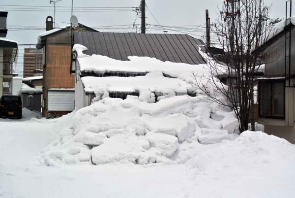 隣にまで、なだれ込む積雪