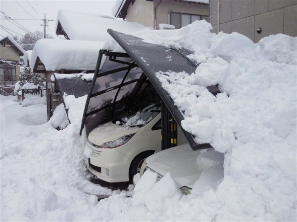 積雪で破壊されたカーポート