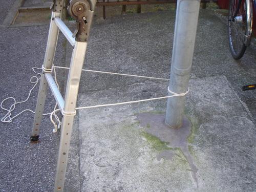 梯子の下部を固定する