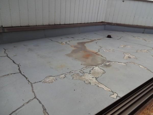 ベランダ床のヒビ割れ
