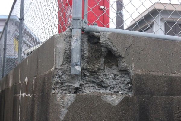 雷災害によるブロック塀の破壊