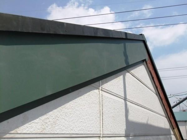金属板による包み修理中の破風板