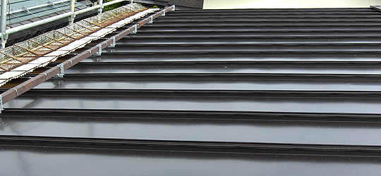 新しい屋根材を敷く