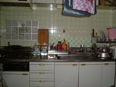 清潔とはいえない印象のキッチン