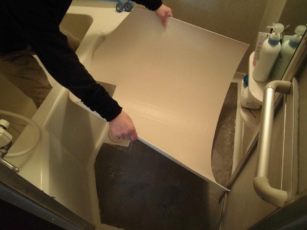 浴室の床シートを貼っている様子